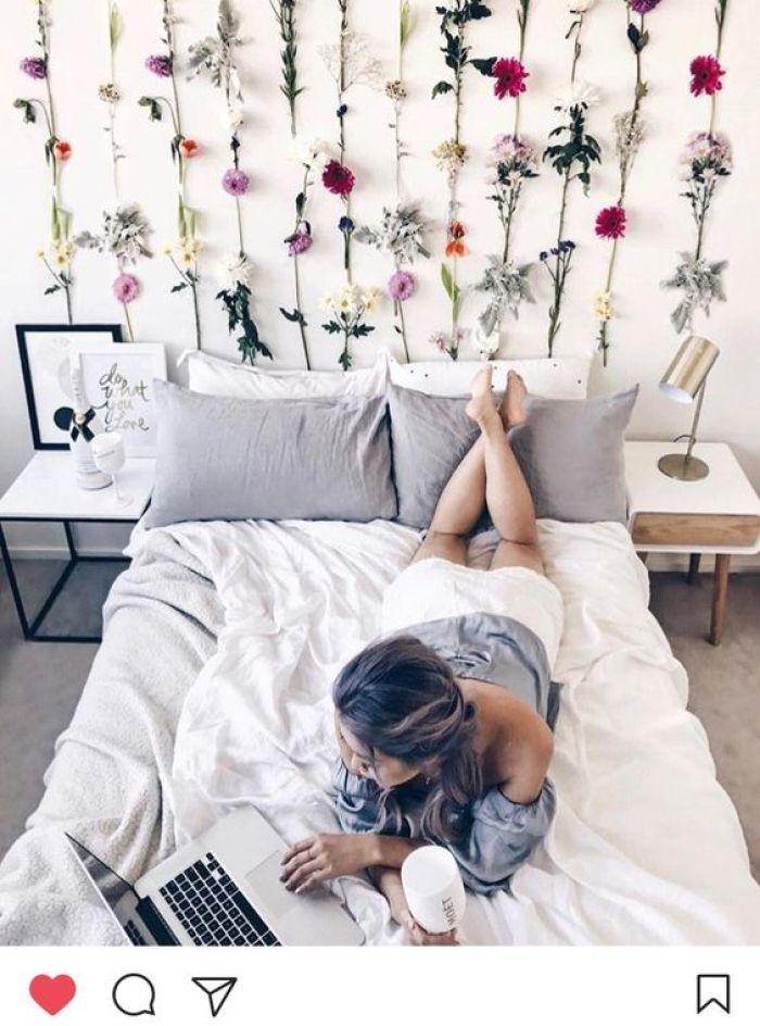 decoração-flores-artificiais-na-parede