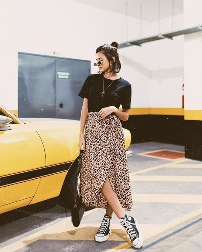 Look com tênis all star e saia animal print