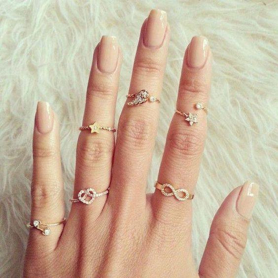 como usar vários anéis em uma mão só