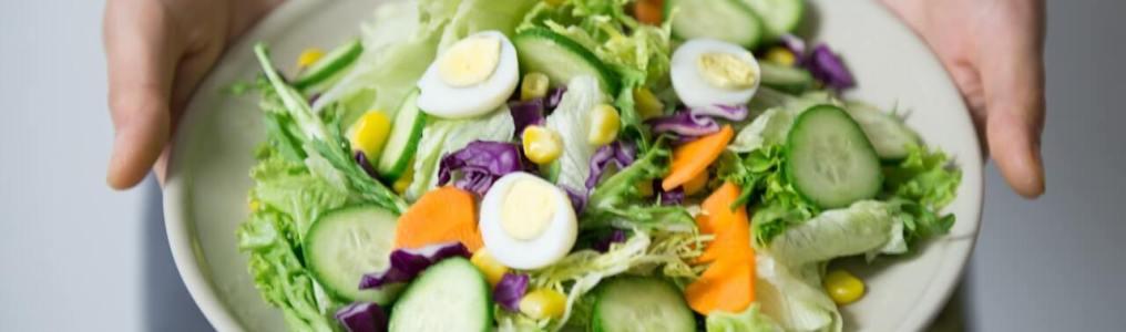 サラダを差し出す女性