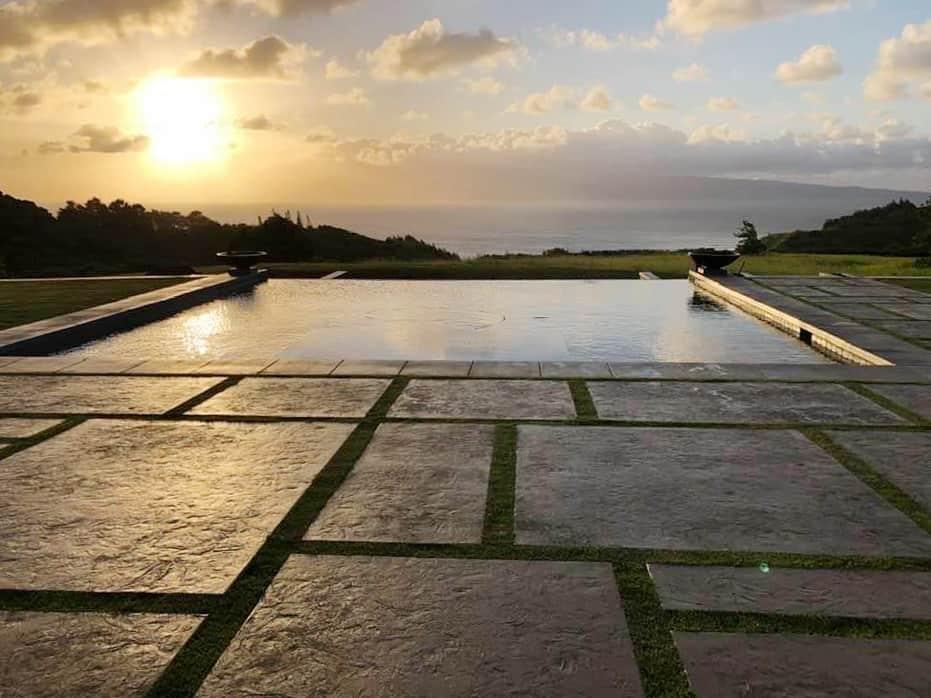 infinity pool with Hawaiian