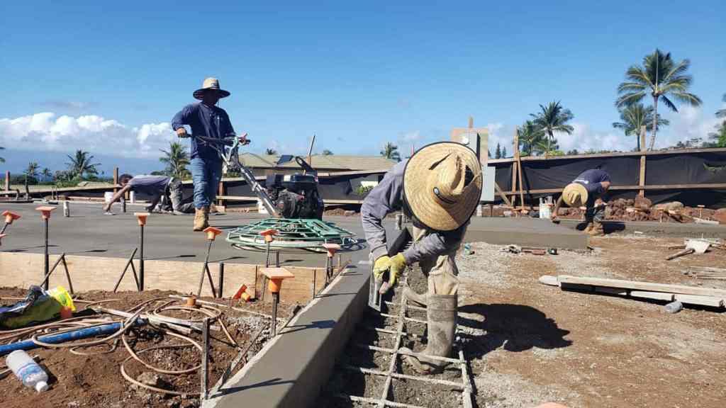 Handfinishing a concrete wall