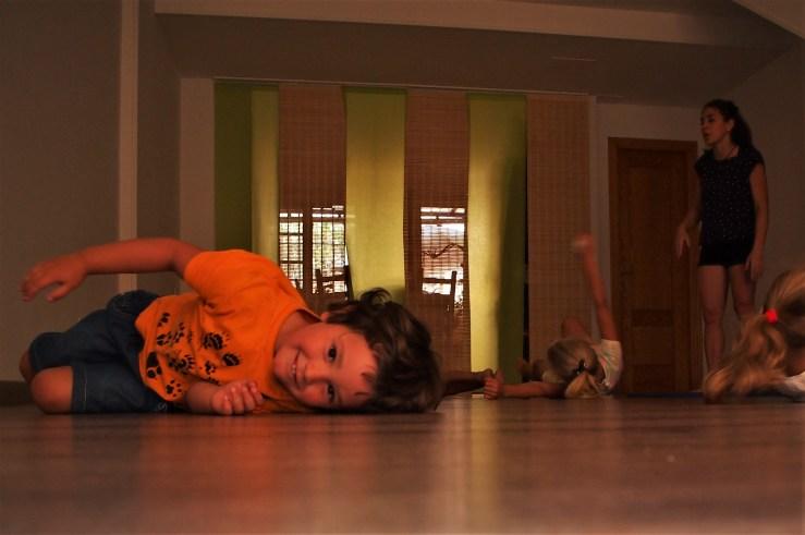 niños rebolcandose por el suelo
