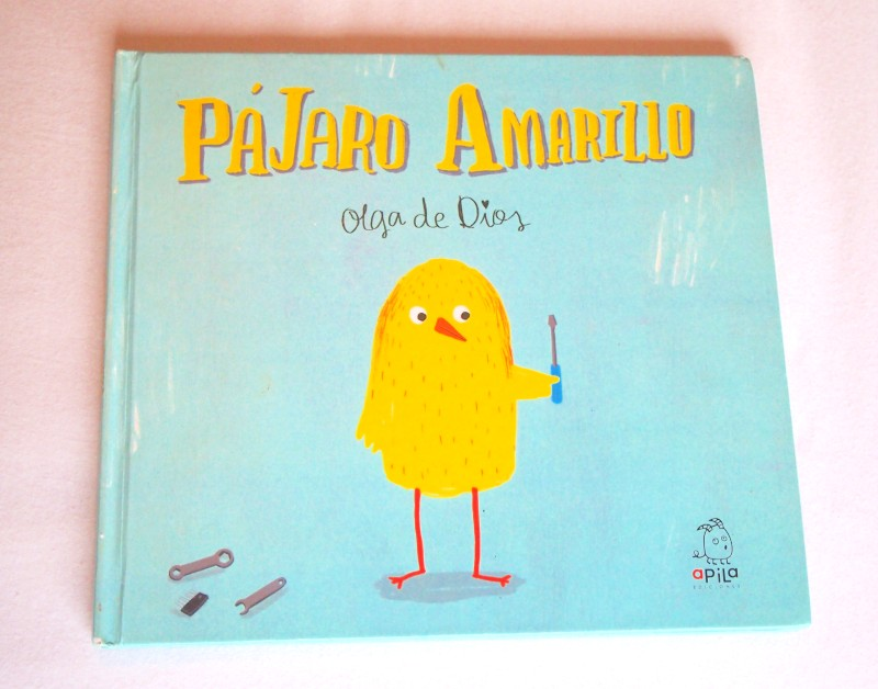 """Portada de """"Pajaro Amarillo"""" donde se ve un pajarito amarillo con un destornillador en la mano"""