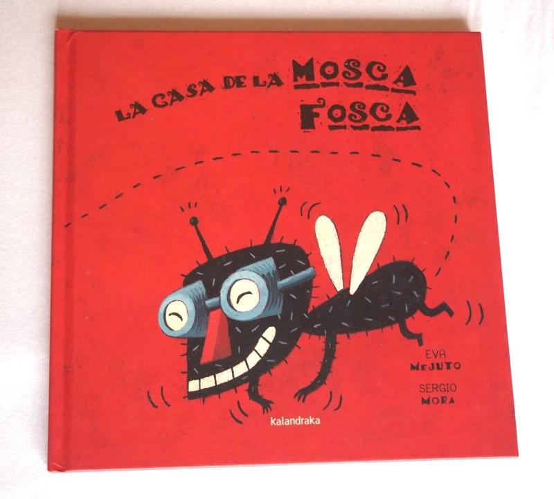 Portada del libro: La casa de la mosca fosca. Rojo y con una mosca con gafas