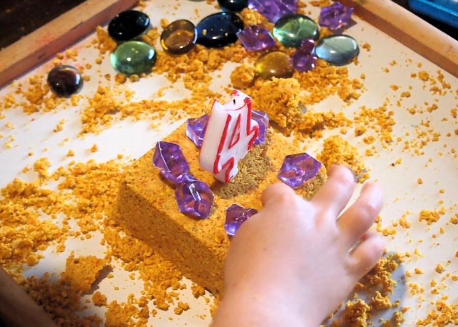 Tarta hecho con harina de mandarina compactada en arena magica