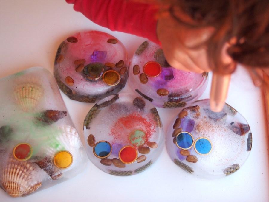 Nico coloreando los bloques de hielo con los blopens