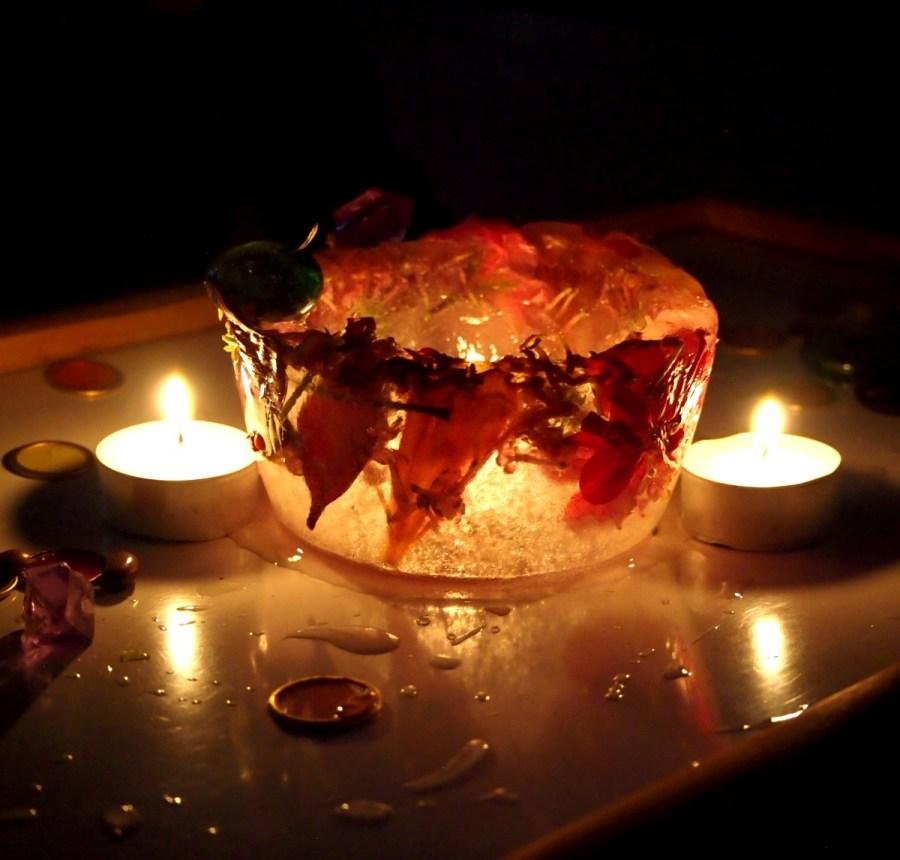 Bol de hielo alumbrado con velas