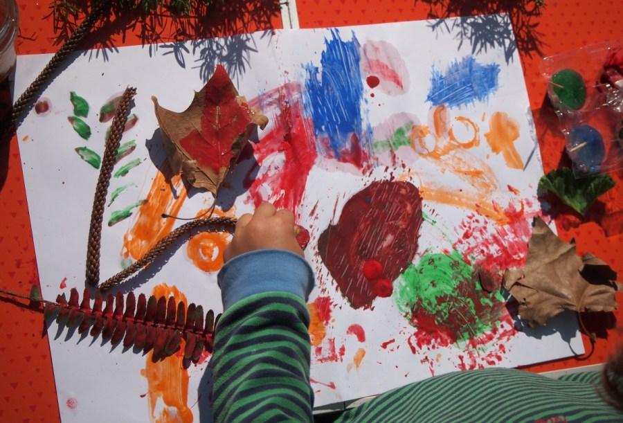Nico pintando con hielo y objetos naturales hojas, piedras etc...
