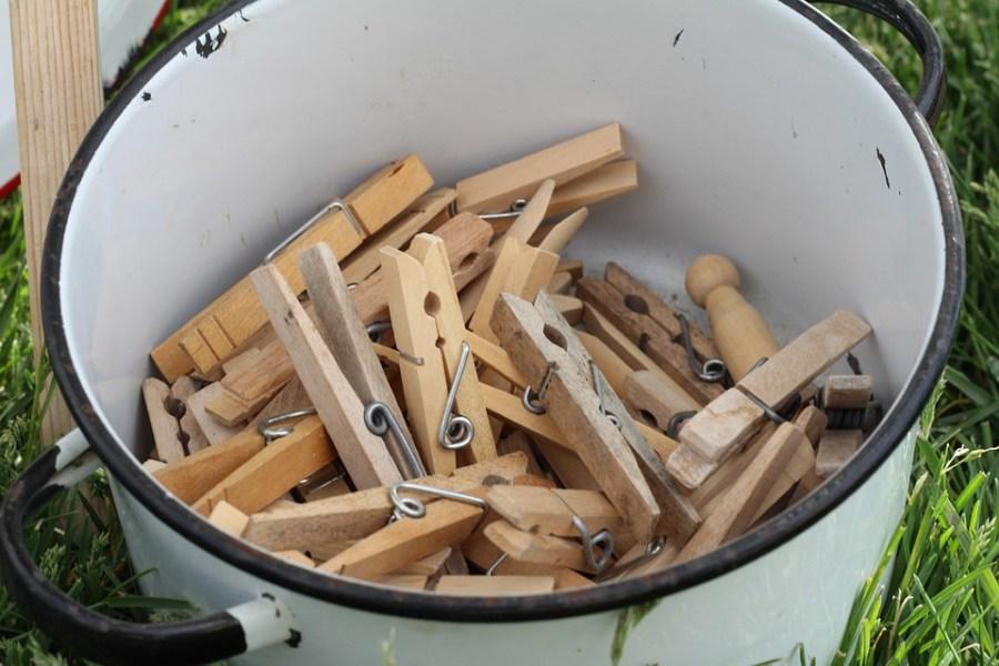 Pinzas de la ropa de madera en palangana