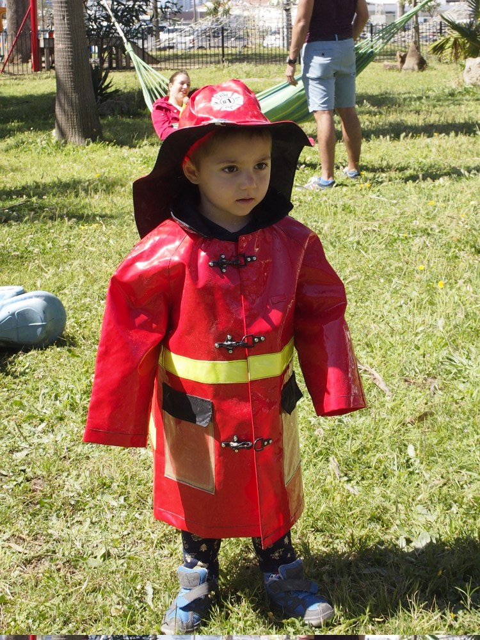 Niño disfrazado de bombero