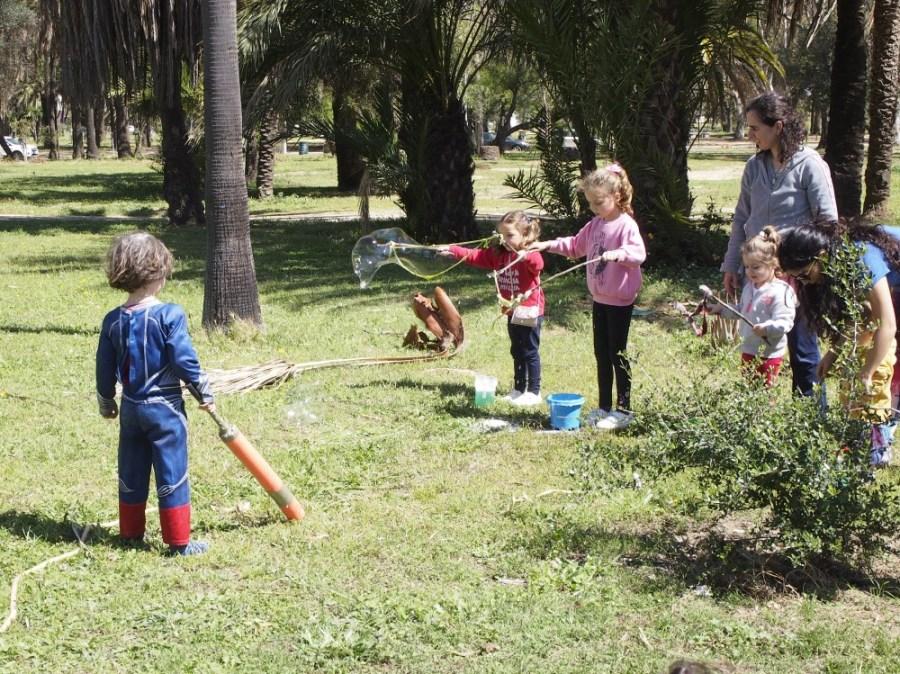 Niños haciendo pompas gigantes en Sintiendo el parque