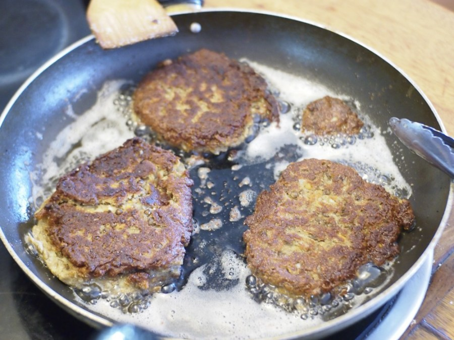 Hamburguesas vegetarianas friendose en la sartén