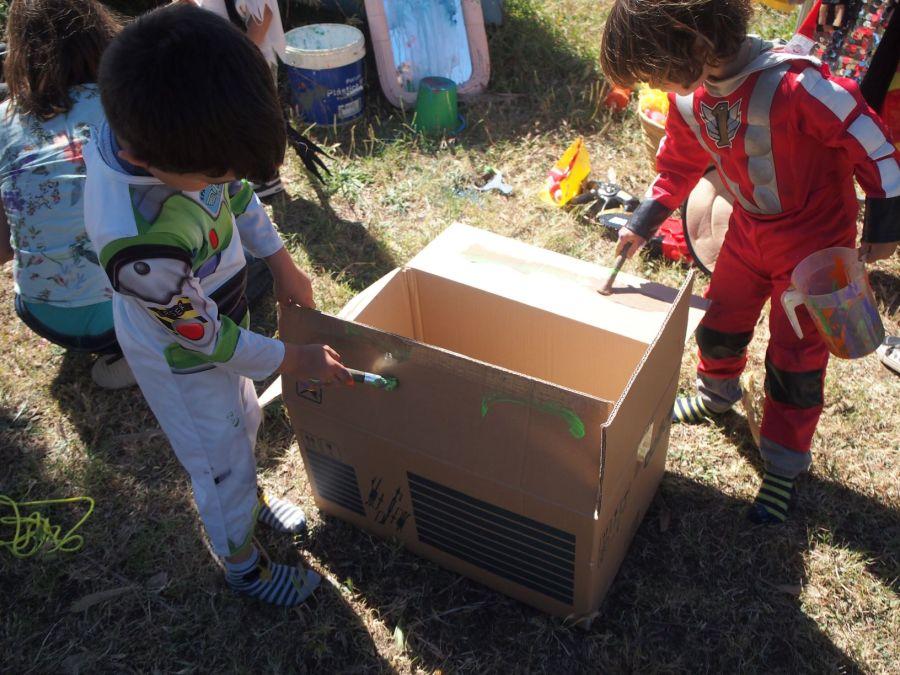 Niños pintando una caja