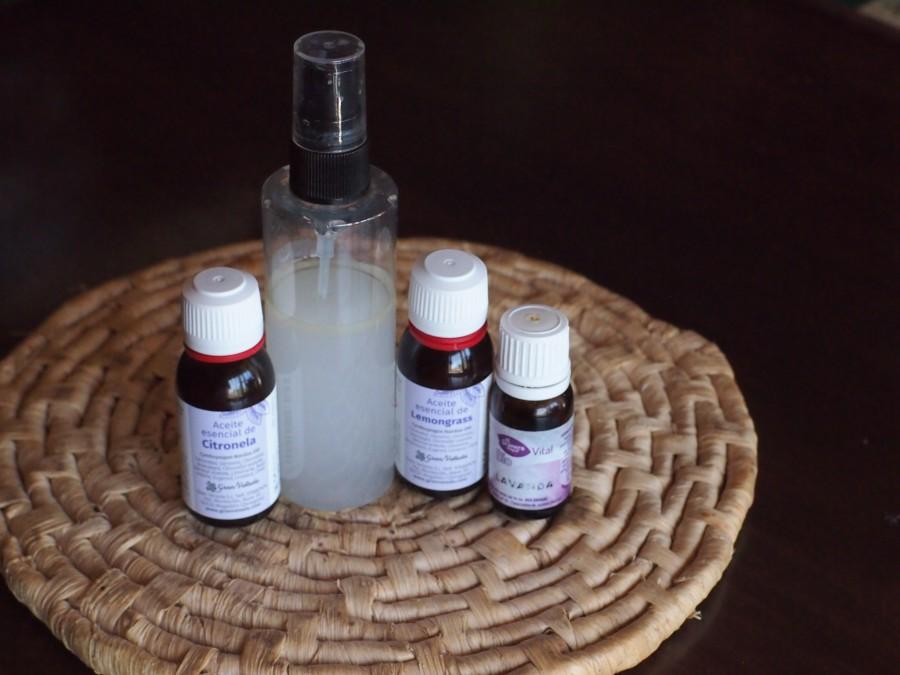 Repelente de mosquitos casero  en bote de espary y los aceites usados para hacerlo