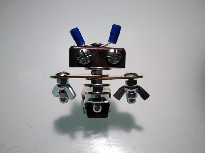 Robot hecho con tornillo, ideacompartida por el grupo