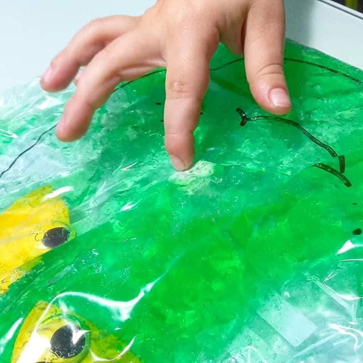 Manos de peque jugando con pintura