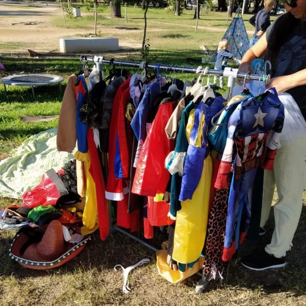Disfraces colgados de un bastidor en el parque