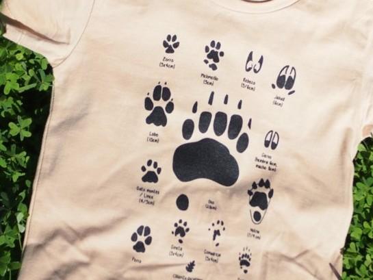 Camiseta color crema de huellas