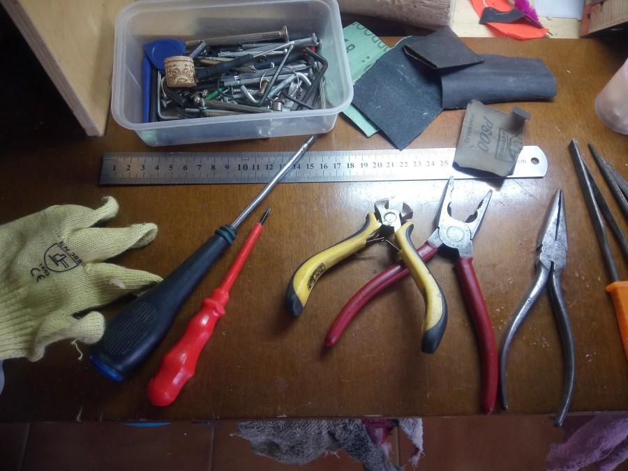 Alicates, destornilladores y llaves de allen en el mini taller para niños