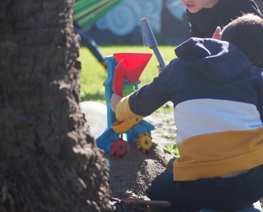 Niño investigando el molinillo de arena