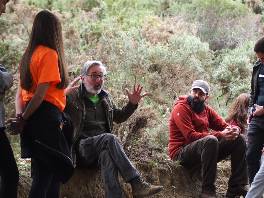 Antonio contando la historia de la reserva ecologica de Ojen al grupo