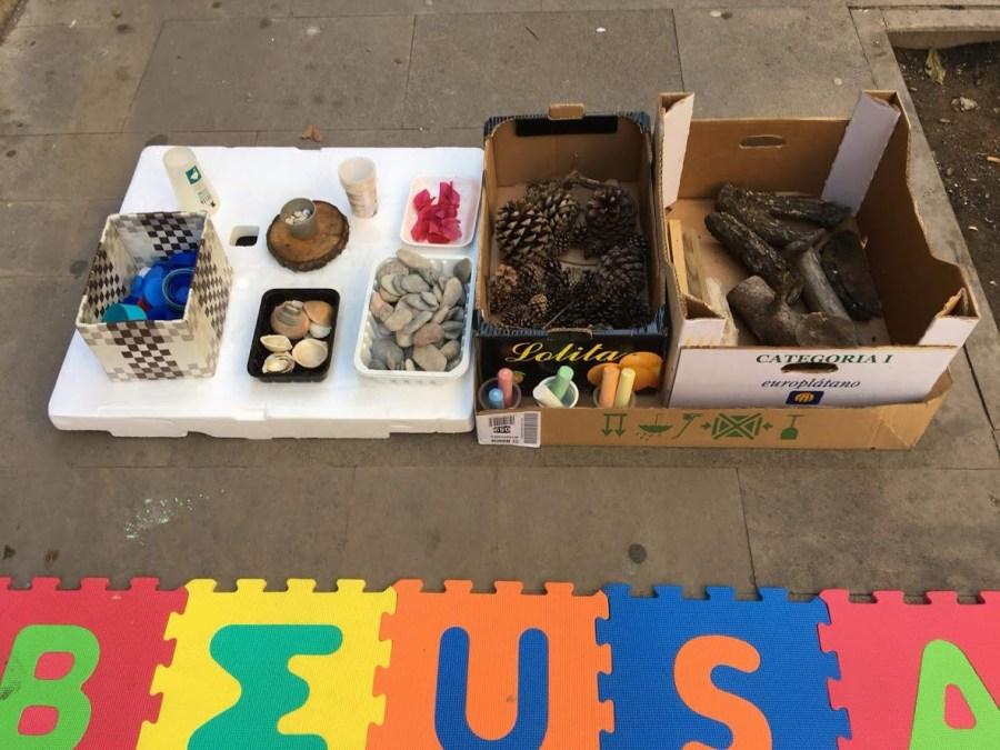 Juegos de partes sueltas en cajas en una calle de barcelona donde se realiza el evento Territori infantil