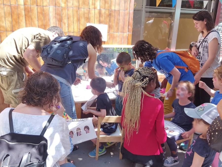 Haciendo el pintacaras en Territori infantail en las calles de barcelona