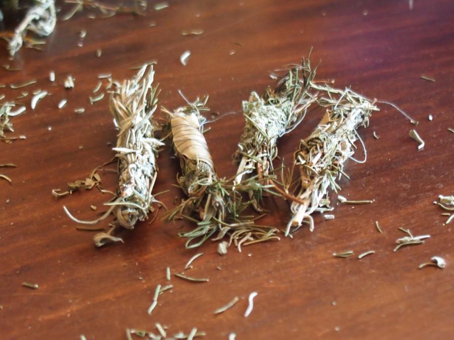 Atillos de aromaticas listas para quemar en sahumerios