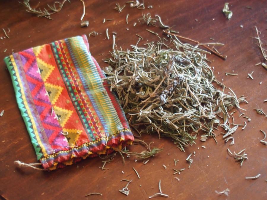 Hierbas aromaticas en un montón preparadas para meyterlas en un saquito de tela para el armario