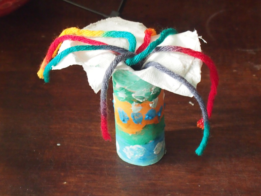Difusor casero DIY hecho con un rollo de papel higiénico, papel y unos trozos de lana de colores. En vez de sahumerio quemado se usa este difusor