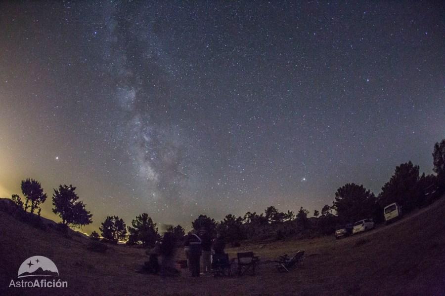 Foto del cielo con en el campo con estrellas, se ve la vía láctea, sitio perfecto de observación de las Perseidas