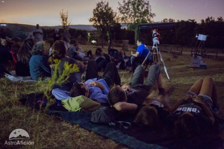 Foto de gente tumbada en el campo mirando al cielo preparadas para observas las Perseidas