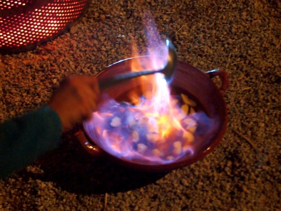 Foto de una queimada en un tarro de barro quemandose