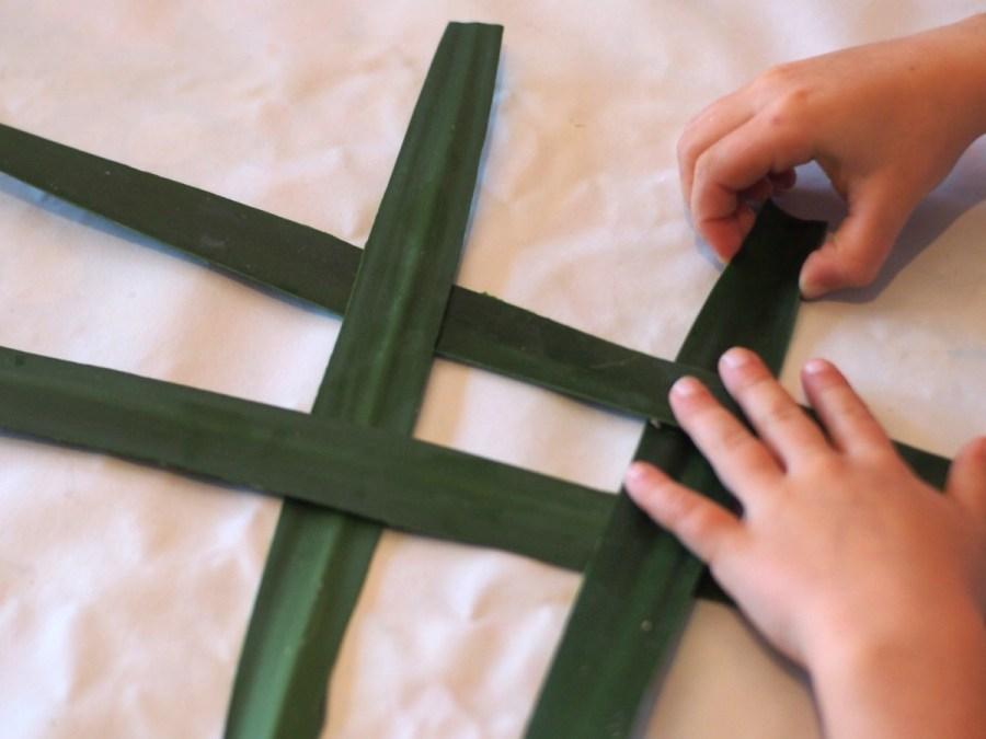 Técnica para hacer esta cruz de Brígit sencilla para peques. La cruz de Brigit tiene relación con Imbolic y la Candelaria