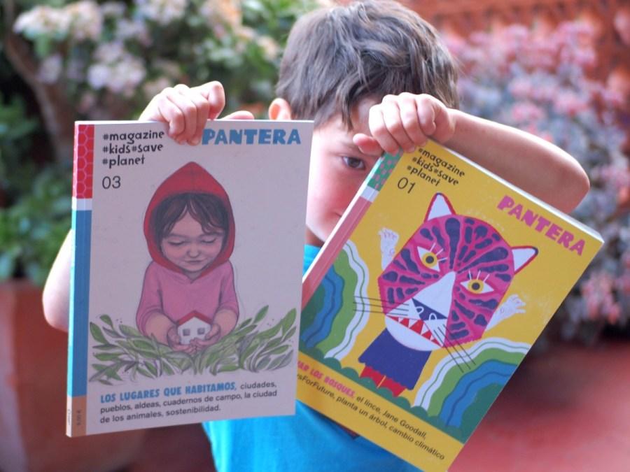 Niño sujetando las revistas Pantera y mirando entre ellas.