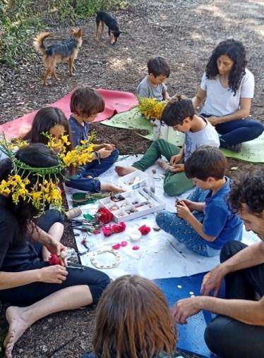 Familias con niños muy concentrados haciendo manualidades