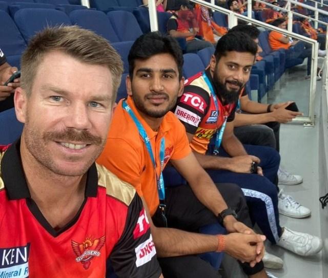 डेविड वार्नर विराट सिंह और अन्य SRH खिलाड़ियों के साथ।  फोटो- डेविड वॉर्नर इंस्टाग्राम