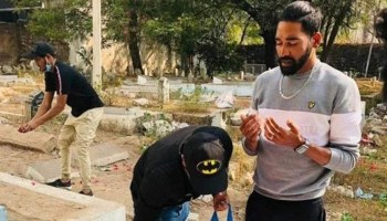 Indian pacer Mohammed Siraj paying homage to his father.