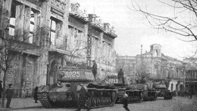Советские танки на улице в Симферополе. 13 апреля 1944 года