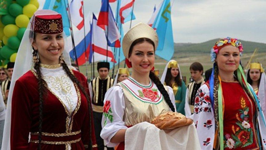 Девушки-представительницы разных народов, проживающих в Крыму