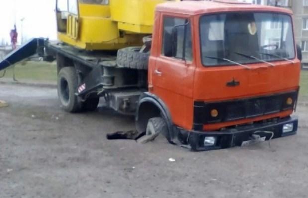 Грузовик провалился в яму в Красноперекопске (фотофакт)