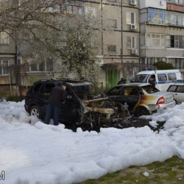 В Керчи ночью горели машины