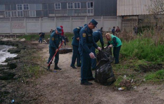 МЧС России в Крыму чистит пляжи
