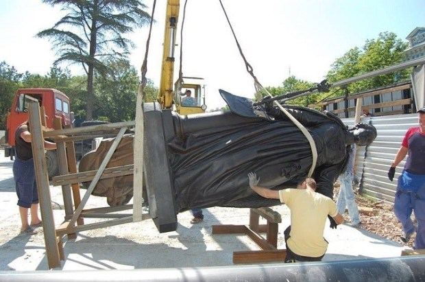 Памятник прибыл в Симферополь