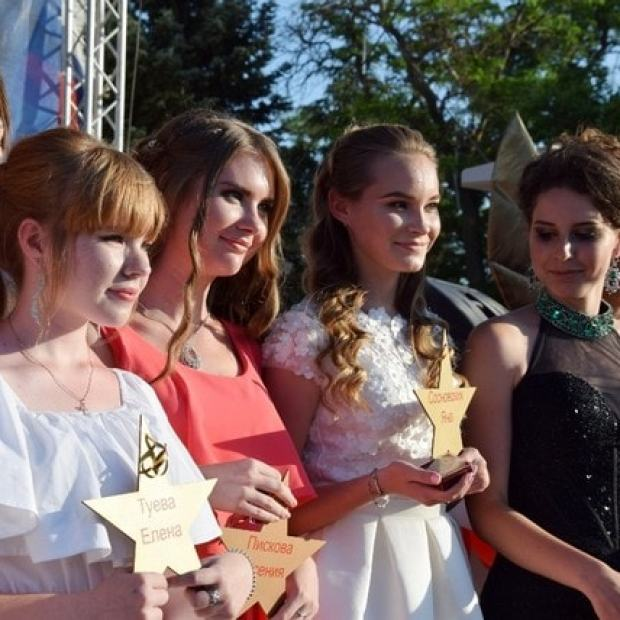 """Выпускники школ Евпатории """"ушли"""" в жизнь по красной дорожке. ФОТО"""
