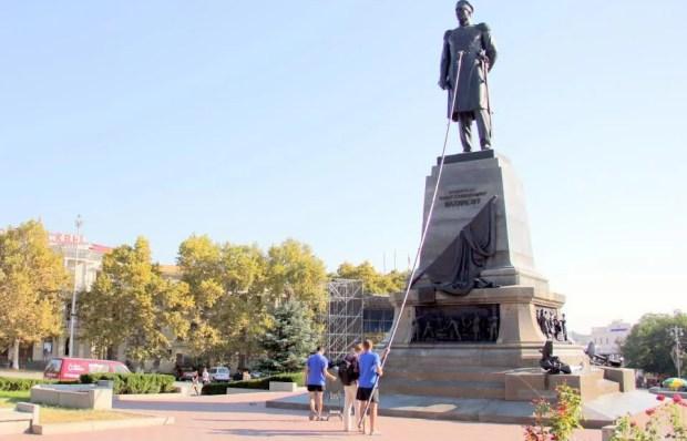 Памятник адмиралу Нахимову в Севастополе... искупали