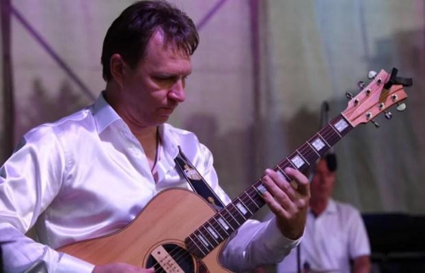 Гитарист Виталий Макукин