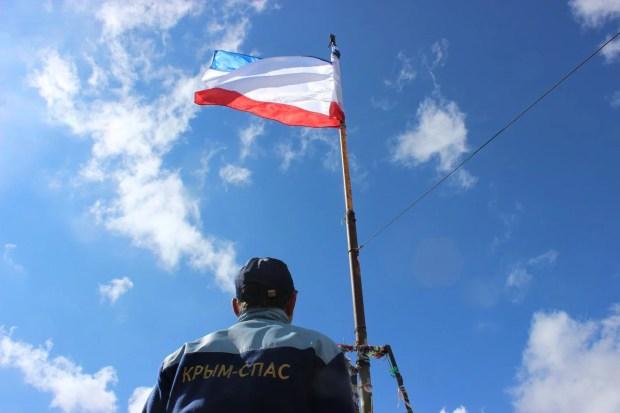"""Сотрудники """"КРЫМ-СПАС"""" водрузили на Ай-Петри флаг Крыма"""