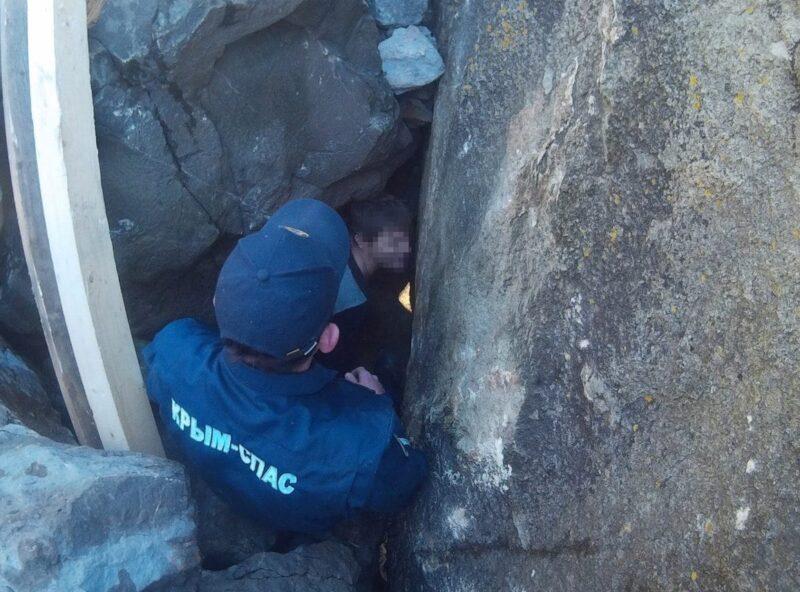 Cотрудники экстренных служб эвакуировали мужчину изприбрежного грота врайоне Алупки